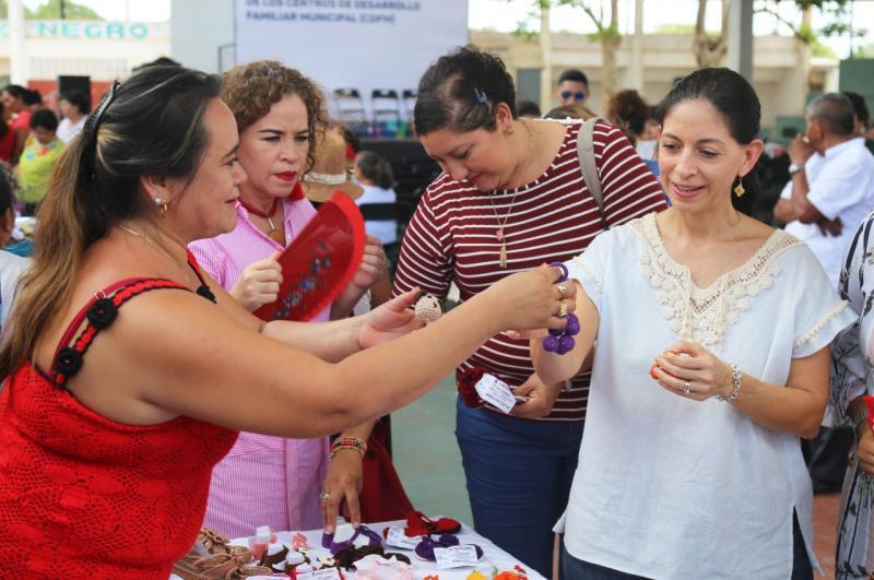 Más de 600 mujeres demuestran su talento y creatividad al finalizar sus cursos y talleres en los Centros de Desarrollo Familiar Municipales.