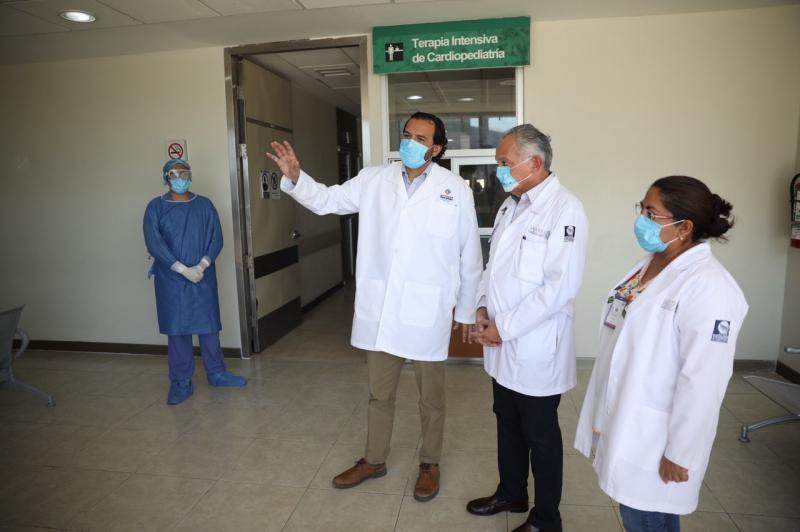 Por instrucciones del Gobernador Mauricio Vila Dosal, el titular de la Secretaría de Salud del estado (SSY), Mauricio Sauri Vivas recorre el nosocomio, uno de los 3 hospitales de tercer nivel que, de acuerdo a la normatividad federal, pueden atender a pacientes con coronavirus Covid-19.
