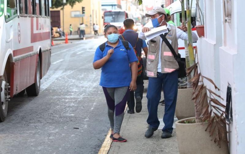 Inspectores del IMDUT mantienen el operativo de supervisión para que que la cuarta jornada de los cambios a la movilidad urbana del Centro de Mérida continúe en orden