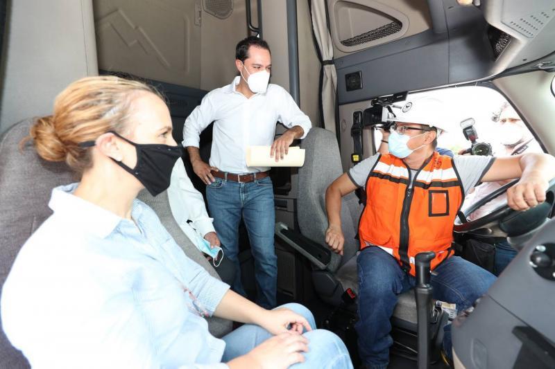 Supervisa el Gobernador Mauricio Vila Dosal vehículos que estarán transportando balasto para el Tren Maya en Yucatán