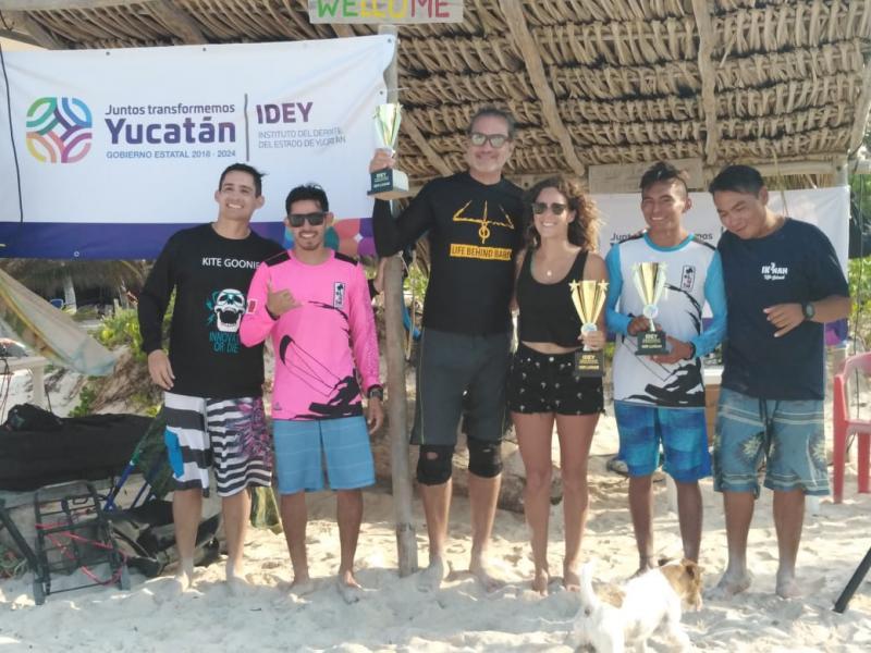 Con participantes de diversas entidades del país y de diferentes países, se realizó el encuentro Kite Together en El Cuyo, resultado de la suma de esfuerzos entre el Instituto del Deporte del Estado (IDEY) y la Asociación de Kitesurfing de Yucatán, con apoyo del Ayuntamiento anfitrión.