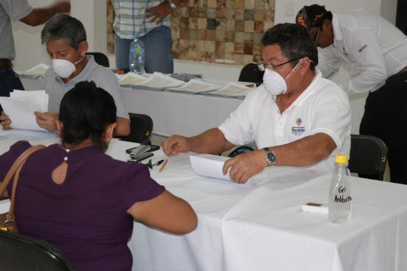 Atendiendo todas las medidas sanitarias, la Seder entregó cheques del programa de Mejoramiento Genético y Repoblamiento Ganadero a más de 300 personas de 37 municipios.
