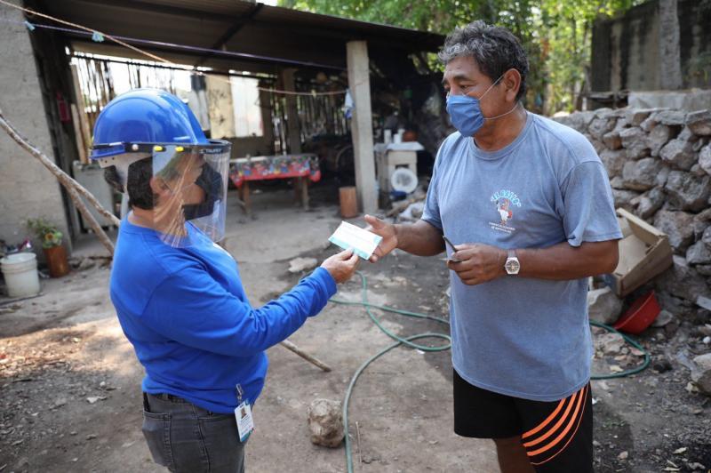 Las familias de pescadores se sienten muy agradecidas al recibir hasta sus hogares estos apoyos.