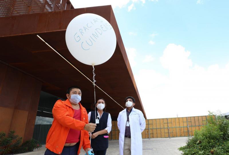 A iniciativa del personal médico, pacientes dados de alta del Hospital temporal del Centro de Convenciones Yucatán Siglo XXI liberan un globo blanco como símbolo de su recuperación del Coronavirus